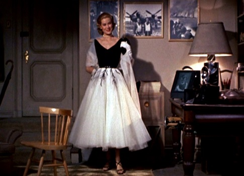 grace-kelly-in-swing-dress-in-rear-window